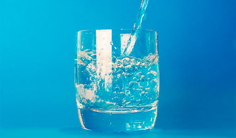Beber agua hidrogenada aporta vitalidad al cuerpo.