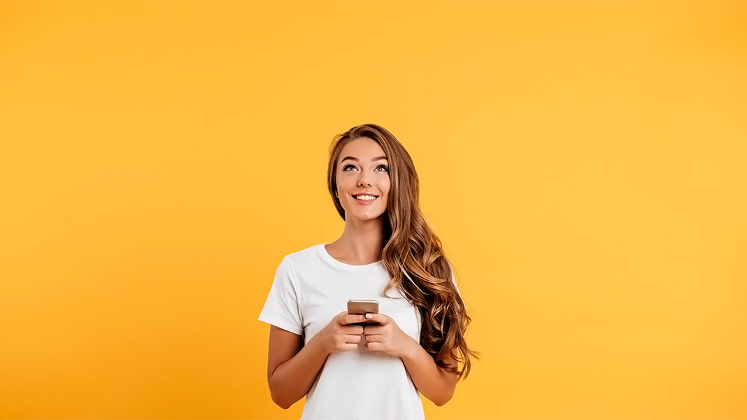chica feliz sujetando un smartphone