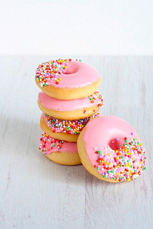 Donuts al horno ligeros con glaseado y topping