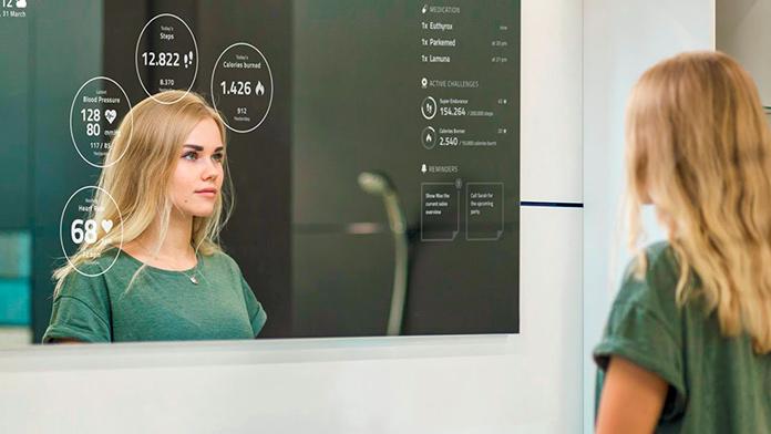 mujer frente a un espejo inteligente