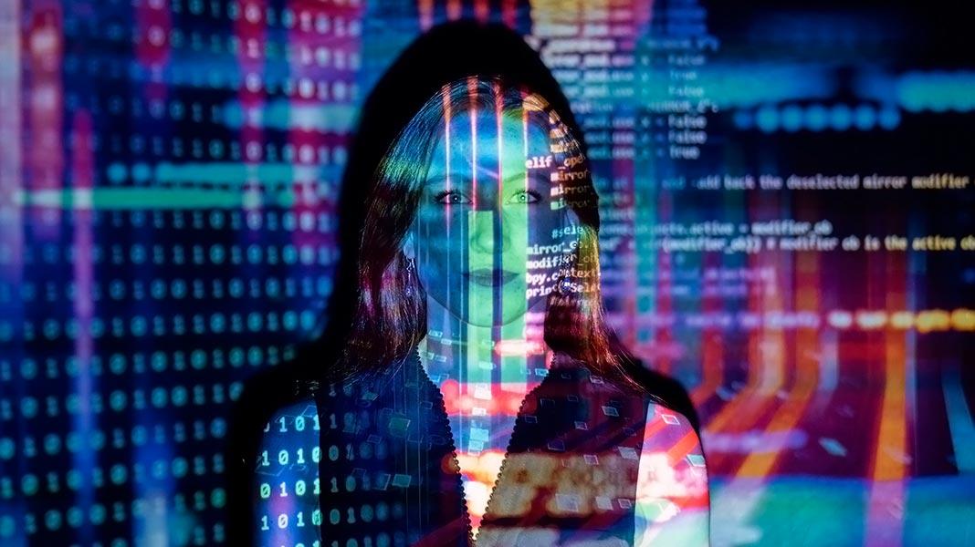 mujer sobre la que se proyectan imágenes de datos informático