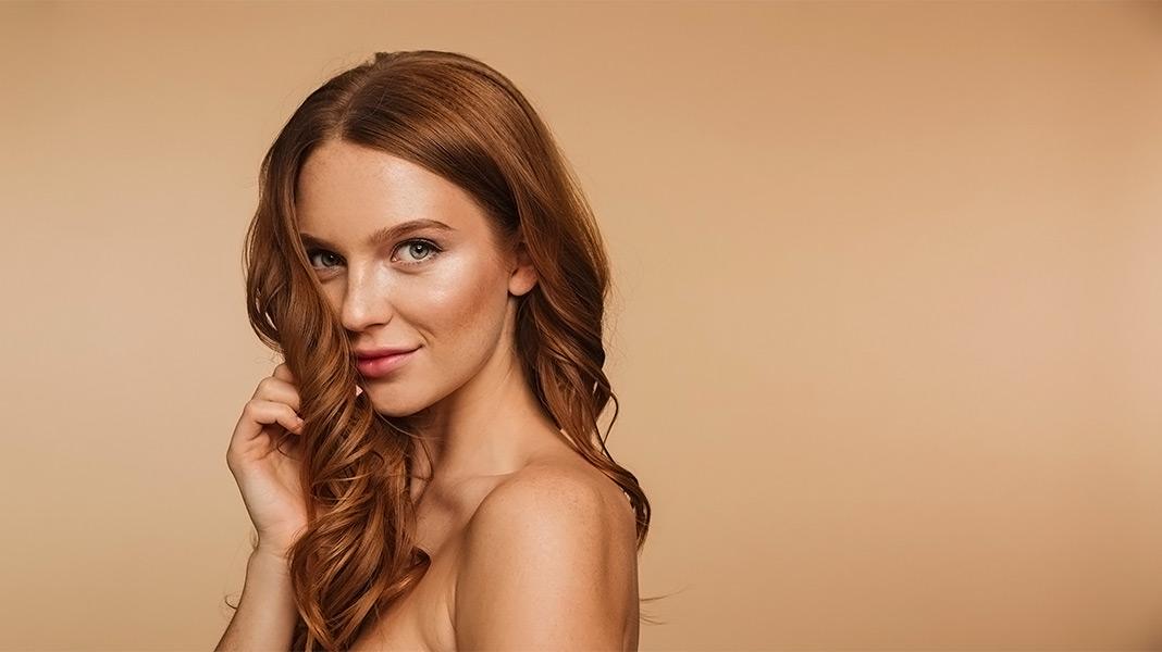 mujer guapa mostrando su perfil