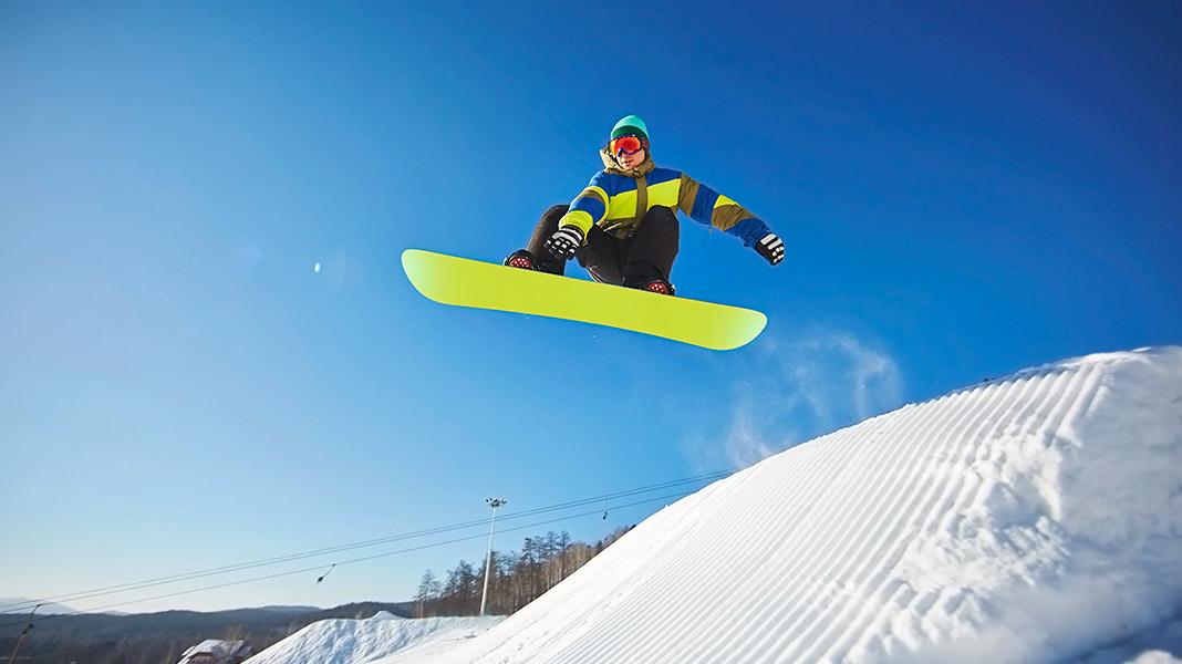 snowboarder saltando una montaña de nieve